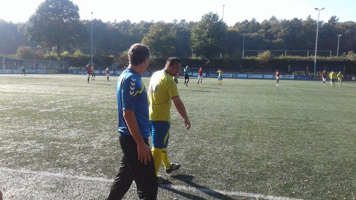SC Veluwezoom-trainer Yoes Aaroub brengt Jhon van Beukering in.