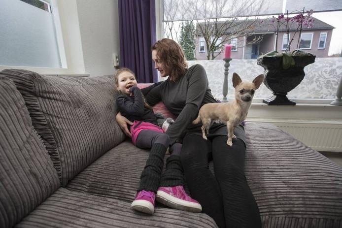 Sanne en Liz Lieffering. Hond Gizmo houdt de wacht.