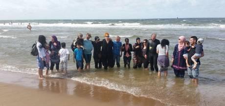 Klein boerkiniprotest op strand Scheveningen en Zandvoort