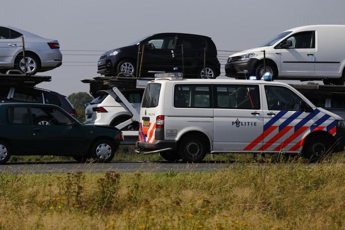 Een auto is vrijdagmiddag achterop een politiebusje gereden op de A73 ter hoogte van Cuijk.