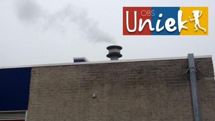 Uit de schoorsteen van OBS Uniek in Ede kwam maandagmiddag weer rook.