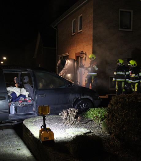 Geparkeerde auto in brand bij huis aan Kerkstraat