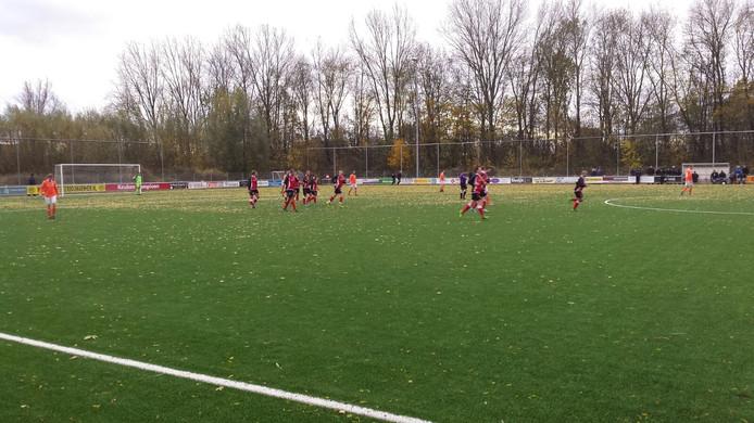 MASV viert weer feest. Na amper 20 minuten al 3-0 tegen Angeren. Doelpuntenmaker Marc Comans. Foto