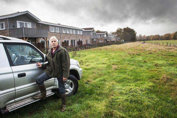 Schapenhouder Henk Peters op het terrein waar zijn schapen grazen.