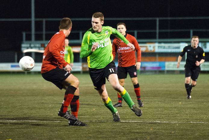 Sander Arts (11) van BVC'12 jaagt op de bal tegen Bemmel.