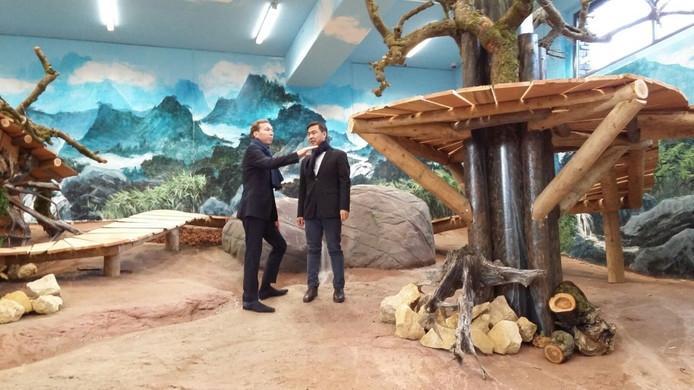 Robin de Lange leidt Zhong Yi rond in het verblijf.