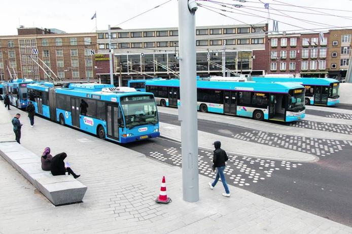 Trolleys op het Arnhemse Stationsplein. Foto Bert Spiertz/HH