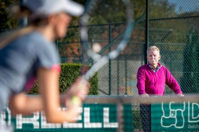 Hennie Bouwman stopt na 30 jaar als competitieleider bij de Lentse tennisvereniging LLTV. foto Eveline van Elk