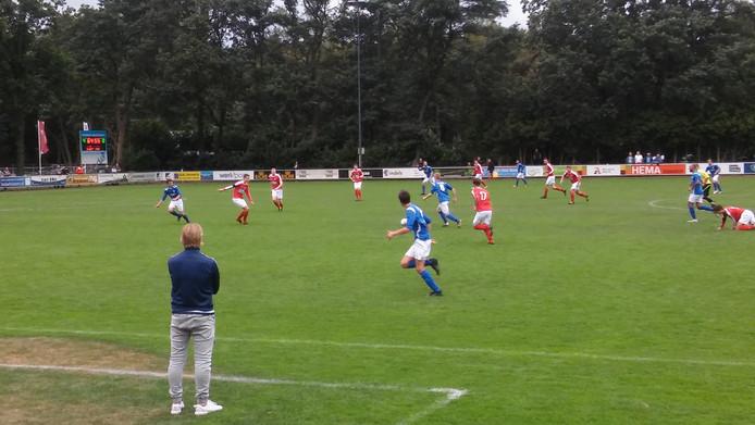 Achates-trainer Michel van de Venn ziet het spel van zijn ploeg met lede ogen aan. Foto: Guy Habets