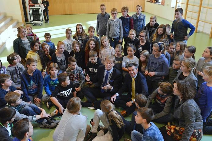 Burgemeester Thomas Steenkamp en wethouder Ton de Vree praten met leerlingen over hun wensen.
