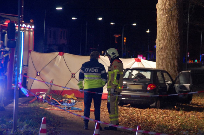 De man reed donderdagavond tegen een boom in Zutphen.