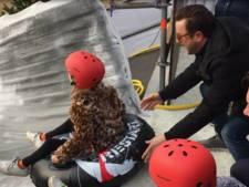 Dochter Dennis Weening 'roetsjt' als eerste van ijsglijbaan