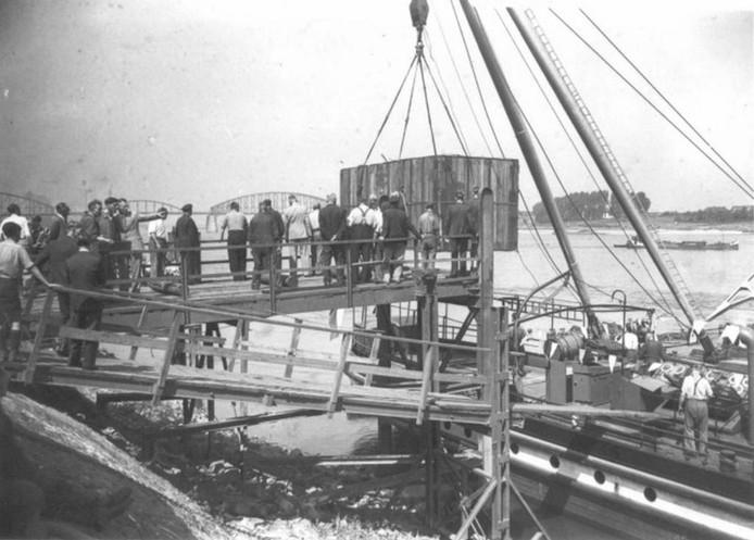 Op de loswal arriveren goederen uit de Amerikaanse stad Albany in Nijmegen, geschonken in het kader van de Marshallhulp.