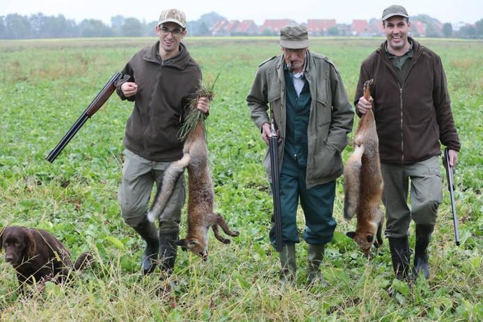 Twee geschoten vossen uit de bietenvelden aan de westkant van Valburg.