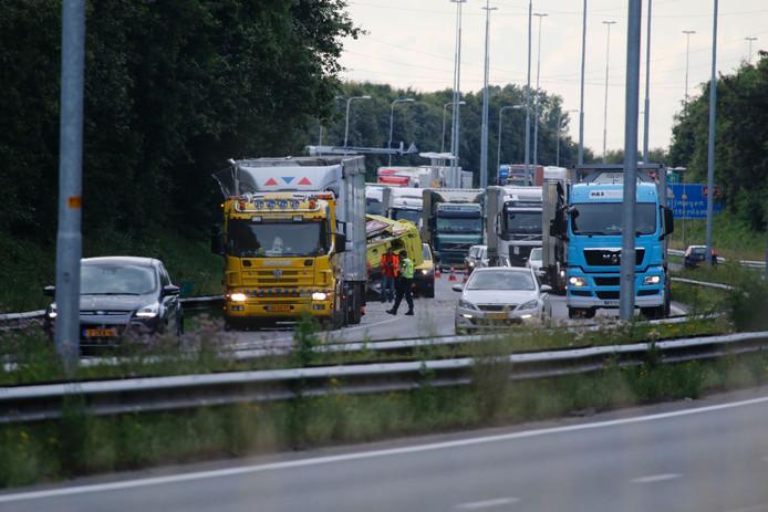 De file op de A73 door het ongeluk met de vrachtauto.