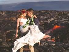 Stel laat trouwfoto's maken op vuurspuwende vulkaan