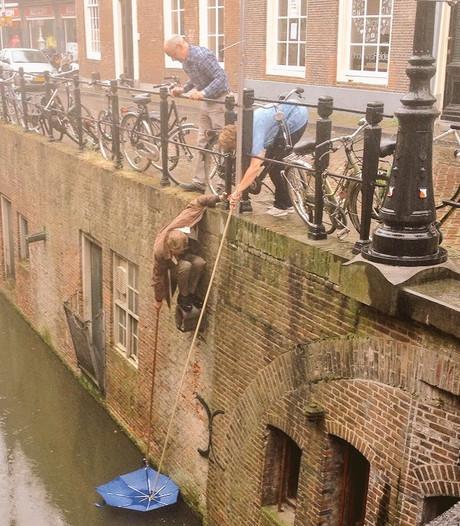 Helden vissen paraplu uit Kromme Nieuwegracht