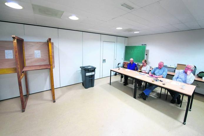 Stemlokaal 49 in Het Broek tijdens het referendum over het Kunstecluster in 2013.
