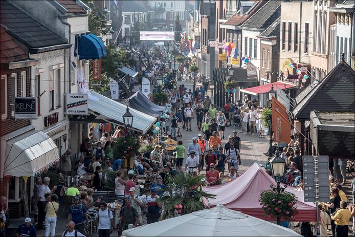 Vierdaagselopers voor het eerst door het centrum van Gennep.