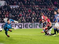PSV blijft meedoen in titelstrijd na doldwaze slotfase