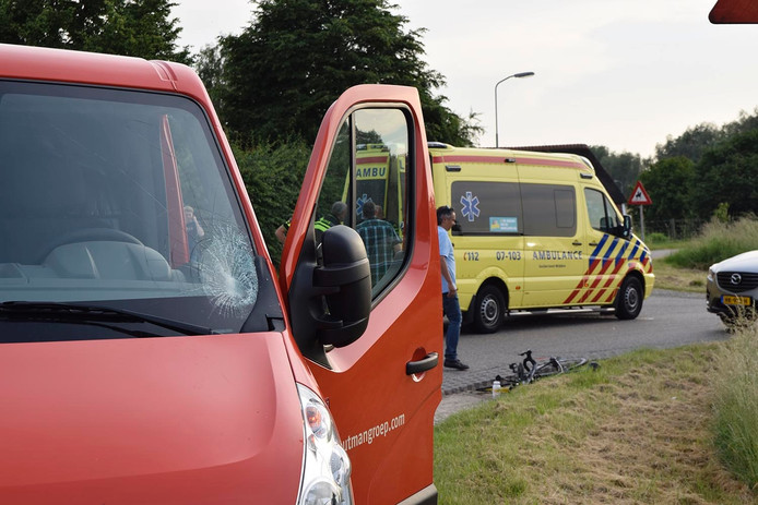 Door het ongeval zit er een barst in de ruit van de bedrijfsbus.
