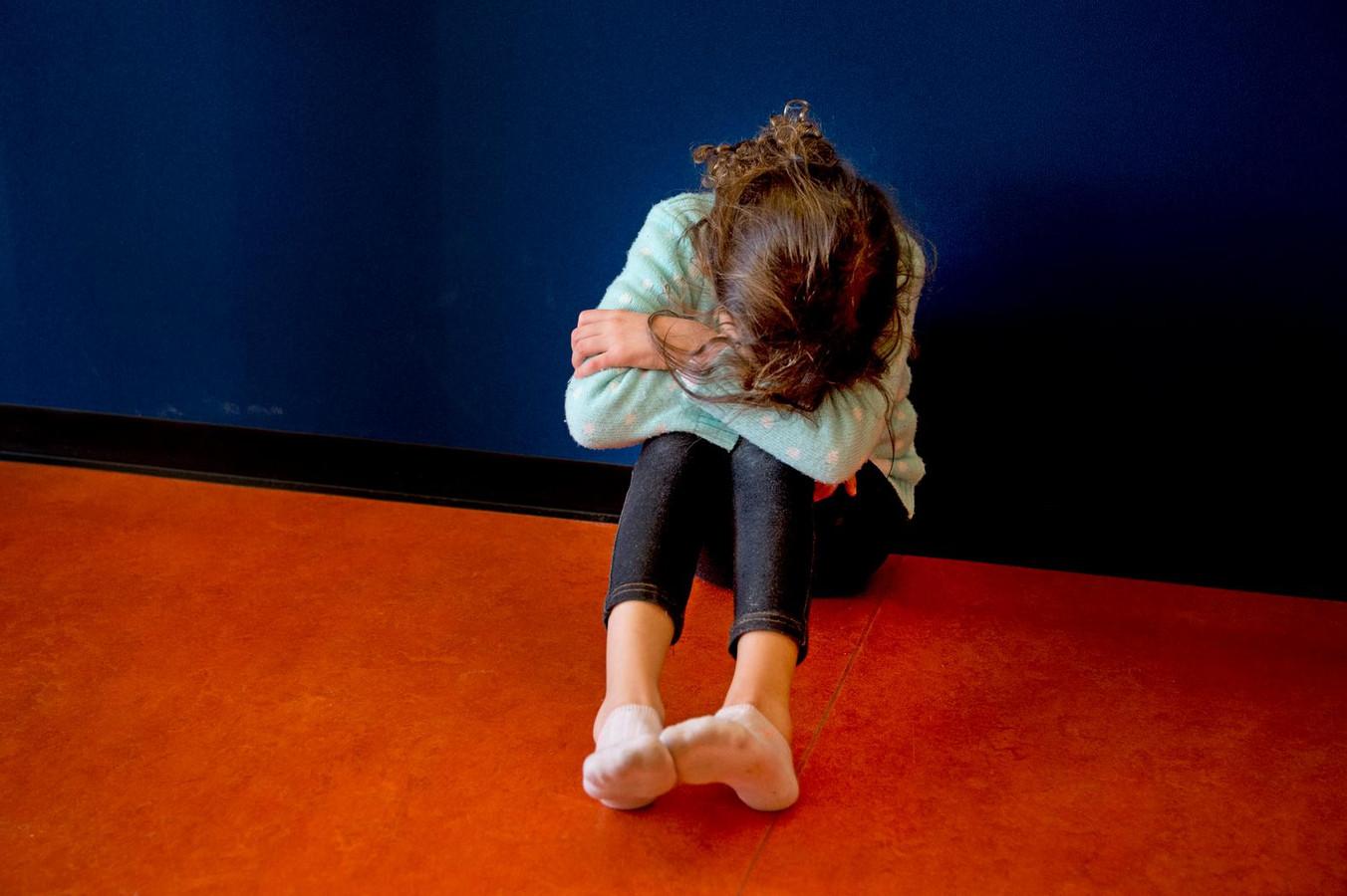 Politieman aangegrepen door aan bed vastgebonden meisje foto - Slaapkamer fotos van het meisje ...