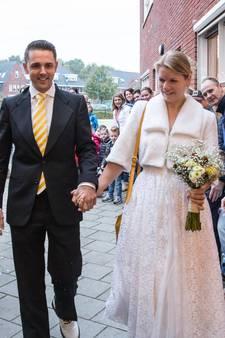 Juf Maria in trouwjurk naar school