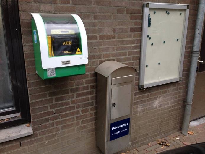Een AED aan de buitenzijde van het gemeentehuis van Doetinchem. Foto DG