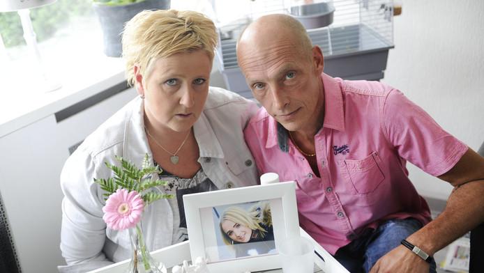 Ouders Harriët en Robert bij het gedenkplekje in hun woonkamer