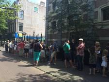 Publiek staat klaar in rij voor Koninklijke Stallen
