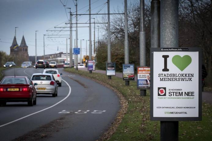 Reclameborden van voor- en tegenstanders voor het referendum over Stadsblokken-Meinerswijk.