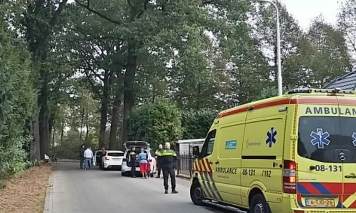 De gewonde fietser is nagekeken in de ambulance en kon zijn weg vervolgen.