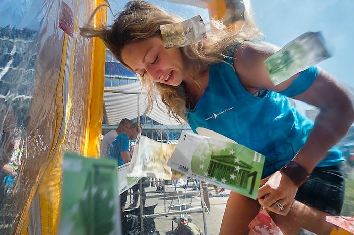 Een studente doet haar best zoveel mogelijk geld bij elkaar te graaien in Arnhem.