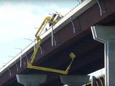 Spectaculaire reddingsactie onder Amerikaanse brug