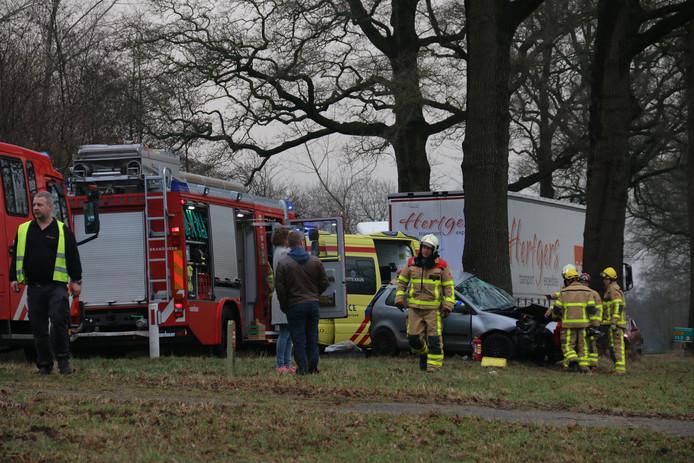 De brandweer probeert het slachtoffer uit de auto te halen.