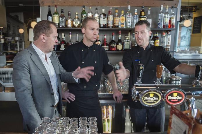 Ricardo Eshuis (links) krijgt uitleg over het barbeleid in Goed Proeven van Jürgen Dauwerse (midden) en Jelle Doornekamp (rechts).