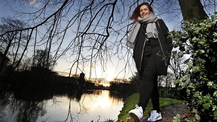 Blogster Cynthia bezig aan haar ochtendwandeling in Zwolle terwijl de zon net opkomt