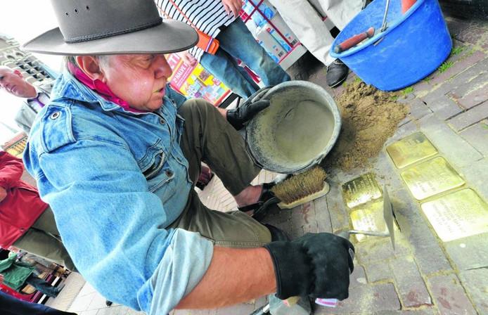 Kunstenaar Gunter Demnig legt stolpersteine.
