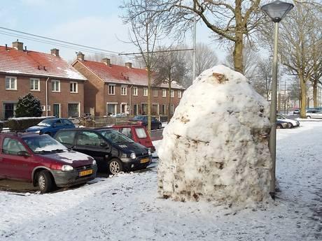 Metershoge iglo van sneeuw aan Dovenetellaan