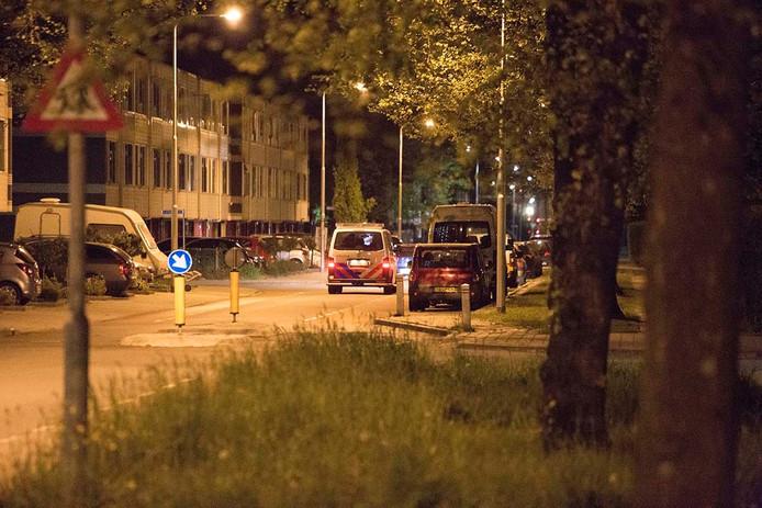 Een politiewagen controleert in de wijk Veldhuizen.