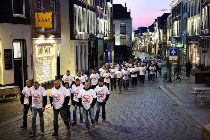 Werknemers van Hilckmann lopen door Nijmegen in optocht naar het stadhuis.