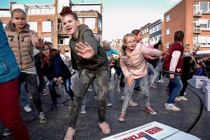Zo'n 40 kinderen verrasten winkelpubliek in Arnhem zaterdag met een flashmob.