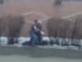 Rus zet vriendin bij het grofvuil.