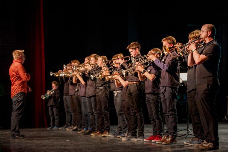 De trompetklas probeert via muziek de moed erin te houden in tijden van corona.