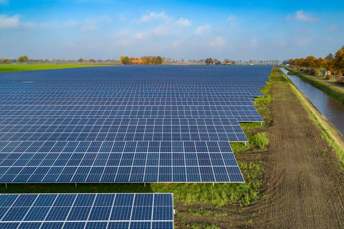 Het veertien hectare grote zonnepark bij Emmeloord is de grootste van de provincie Flevoland.