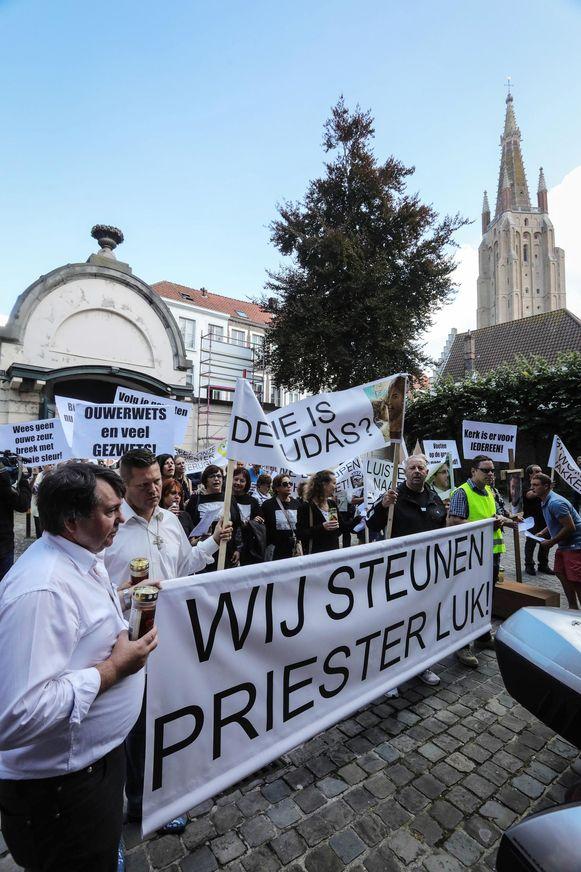 150 mensen voerden indertijd actie in Brugge om de afgezette pastoor Luk Brutin te steunen.