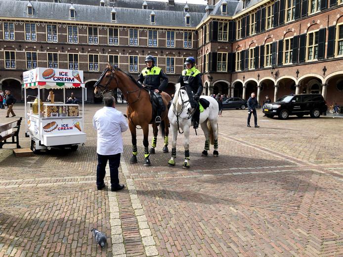 Op het binnenplein van het Binnenhof zijn uit voorzorg ook extra beveiligers neergezet.