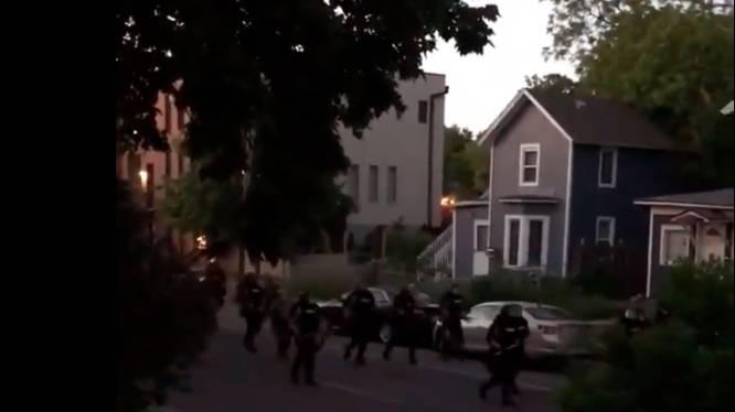 Agenten trekken met pantservoertuig door straat Minneapolis en vuren verfkogels af op toeschouwers