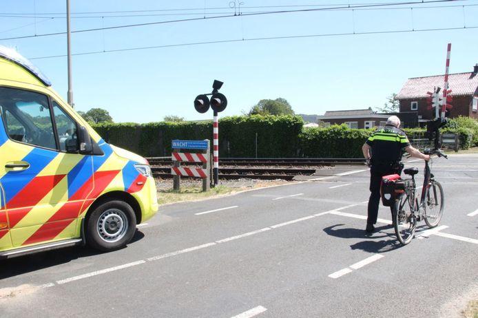Politie bij de overgang in Notter waar het ongeluk gebeurde.