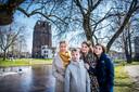 Avine Fokkens-Kelder met haar dochters Emma, Sophie en Julia en op de achtergrond de kerktoren Oldehove.